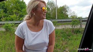 Geile Blonde Joggerin lutscht Schwanz von Fremden im Auto bei Fahrt zum Bahnhof – German Car