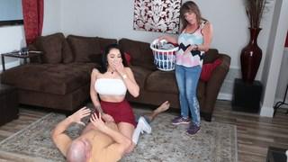 Provocação passo irmã senta-se no pau enquanto madrasta faz lavanderia