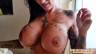 Sperma ins Gesicht und auf die Brille bei deutscher Tattoo escort lady